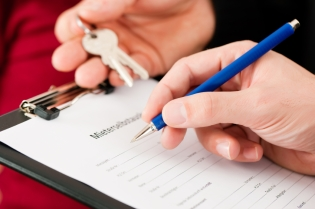 iStock-16484861_signing-tenant-agreement