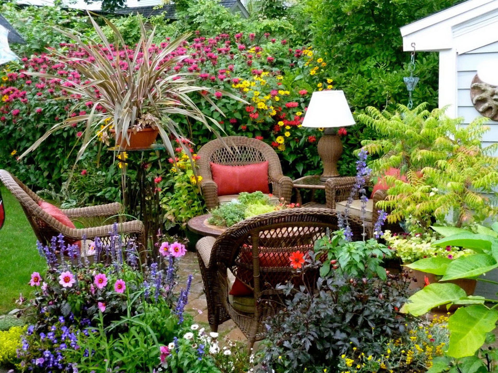 Small gardens are beautiful and low maintenance for Small garden design ideas with lawn